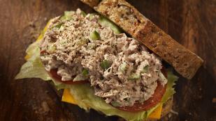 Tonhalas-cukkinis nyári szendvics kapribogyóval és rukkolával