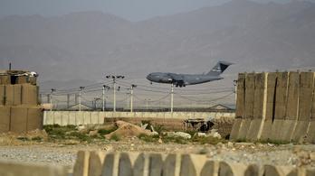 Húsz év után kiürült a NATO afganisztáni légitámaszpontja, egyre nagyobb veszélyben a nők jogai