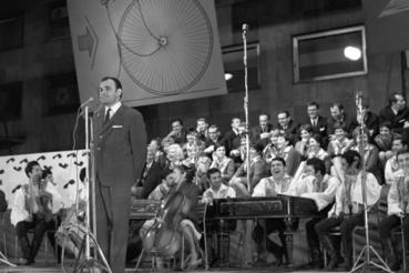 Hofi Géza parodista a táncdalfesztivált parodizálja a Fesztivál Show-n a IX. VIlágifjúsági Találkozóra (VIT) utazó művészek nagysikerű műsorában a Kisstadionban 1968. július 21-én