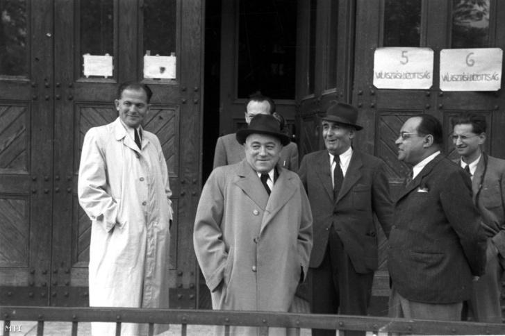 Rákosi Mátyás miniszterelnök-helyettes a kékcédulás választásként elhíresült országgyűlési választás napján egy szavazókörzet előtt 1947. augusztus 31-én