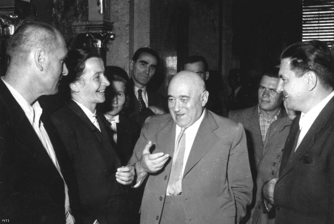 Rákosi Mátyás képviselőkkel beszélget az országgyűlés harmadik napján a Parlament folyosóján 1954. szeptember 22-én