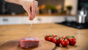 Túl sok sót eszünk – infografikán mutatjuk a magas nátriumtartalmú élelmiszereket
