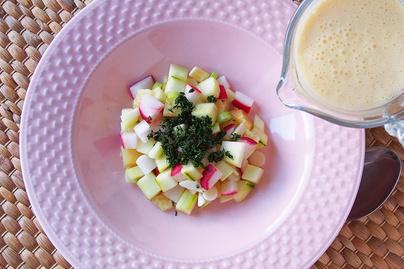 Hűsítő orosz leves az okroshka: a zöldségeket krémes kefir borítja