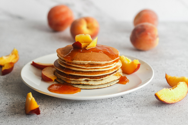 Ha őszibarackkal készíted, egy gyors forrázás után hámozd meg a gyümölcsöket.