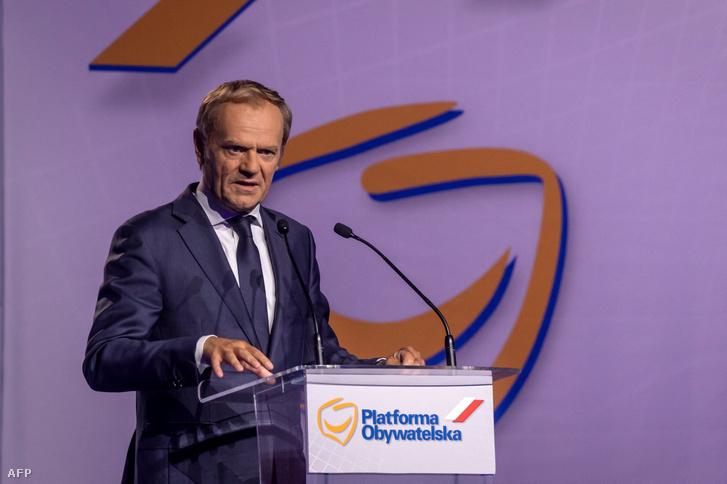 Donald Tusk beszédet mond az ellenzéki Polgári Platform (PO) országos tanácsának kongresszusán Varsóban 2021. július 3-án