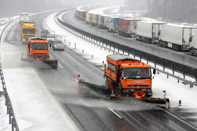 A havazás miatt a magyar-szlovén határon fennálló forgalomkorlátozás következtében kamionok vesztegelnek az M7-es autópálya Nagykanizsa-Eszteregnye közötti szakaszán.