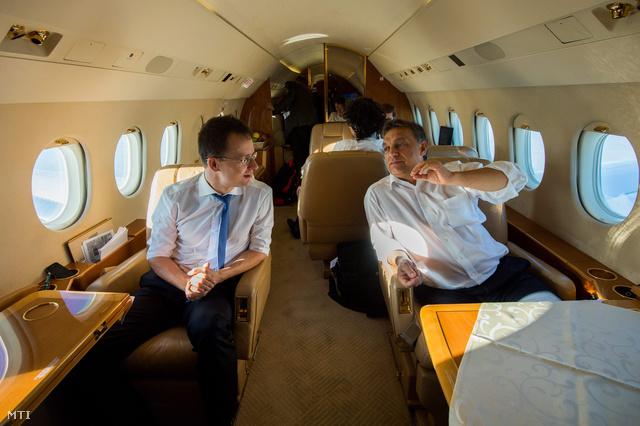 Szijjártó Péter és Orbán Viktor útban hazafelé az Európai Unió brüsszeli csúcstalálkozójáról. (2012.)