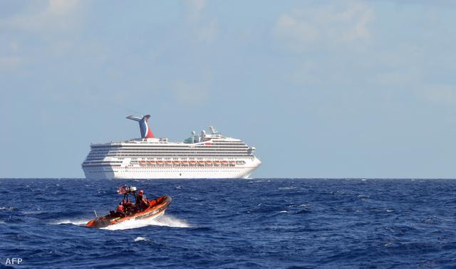 A tengeren rekedt Carnival Triumph a Egyesült Államok partiőrsége által közreadott fotón