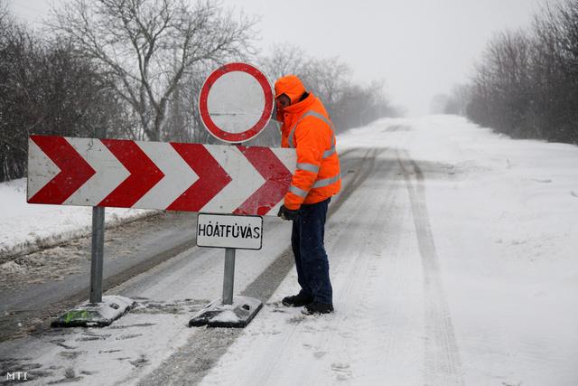A közútkezelő egyik munkatársa lezárja a Nagykanizsa és Nagyrécse közötti utat