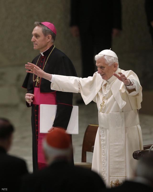 XVI. Benedek pápa személyi titkárával Georg Gnswein érsekkel az utolsó előtti általános audienciájára érkezik február 13-án