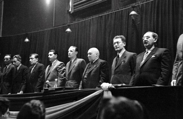 A történet főszereplői 1948. január 12-én balról jobbra: Rajk László, Gerő  Ernő, Kossa István, Kovács István, Kádár János, Rákosi Mátyás, Révai József és Nagy Imre
