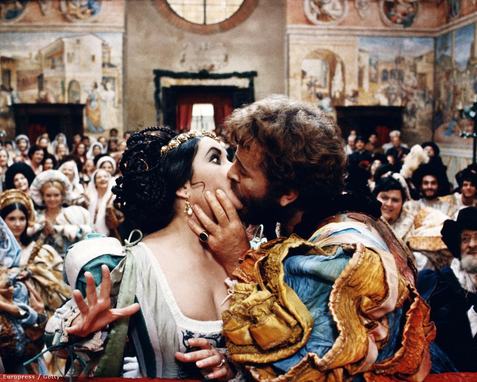 1967. Elizabeth Taylor és Richard Burton szenvedélyes csókja egy Shakespeare-darab előadásán.