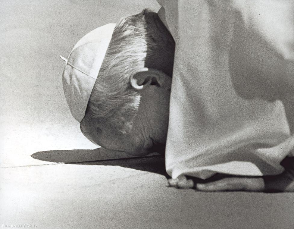 1986. II. János Pál pápa megcsókolja a talajt, miután földet ért különgépével.