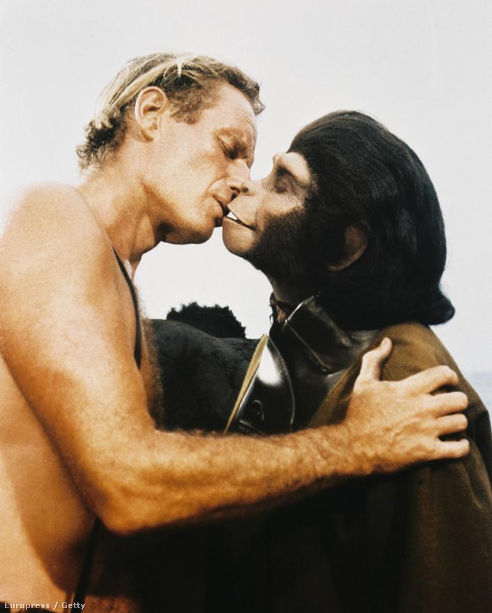 1968. Charlton Heston és Kim Hunter a Majmok Bolygója forgatási szünetében.