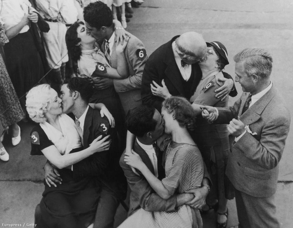 1950. Négy döntős pár verseng egy csókmaratonon, Coney Island-en, New Yorkban. A legtovább Betty Burns és Michael Calabrese bírták (bal alsó sarok).