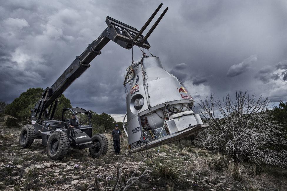 A stábtagok begyűjtik a kapszulát a sivatagi kényszerleszállás után Új-Mexikóban, 2012 július 25-én