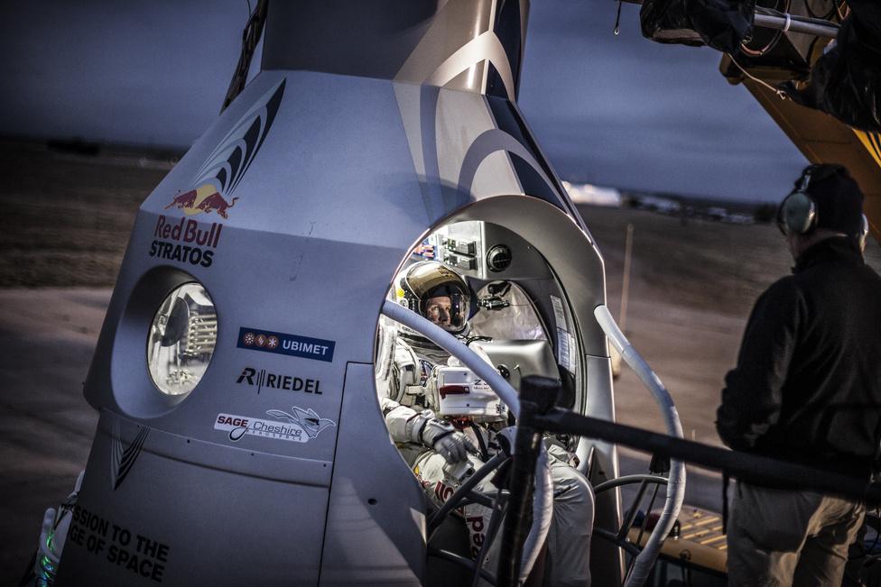 Felix Baumgartner belép a kapszulába az utolsó ember irányította tesztrepülés előtt Új-Mexicóban, 2012 október 6-án