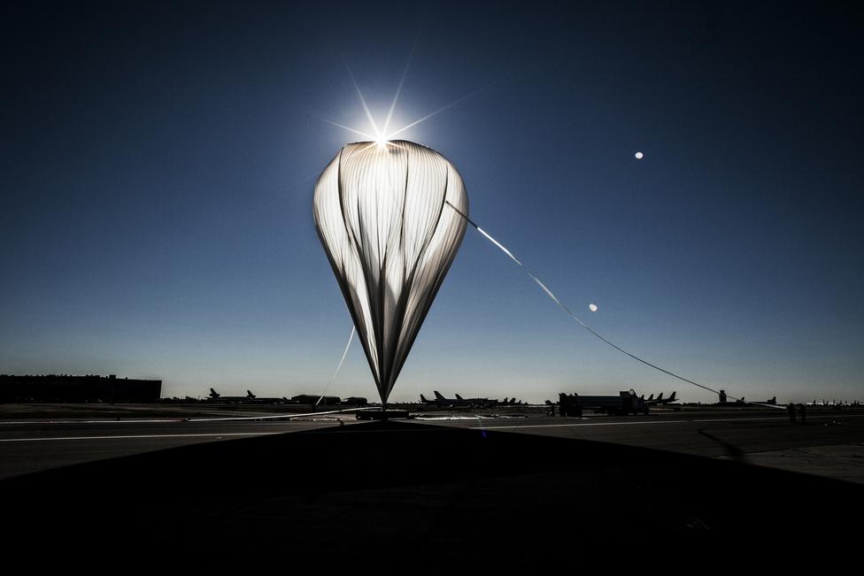 A stábtagok a ballont fújják fel  az utolsó ember irányította tesztrepülés előtt Új-Mexicóban, 2012 október 14-én