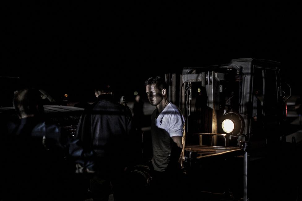 Felix Baumgartner a kapszulát vizsgálja a második ember irányította tesztrepülés előtt Új-Mexicóban, 2012 július 22-én
