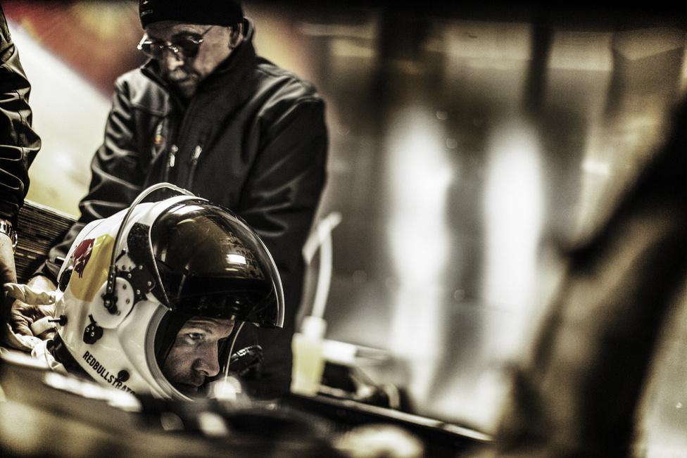 Felix Baumgartner a belégzési eljárást gyakorolja az utolsó ember irányította tesztrepülés előtt Új-Mexicóban, 2012 október 6-án