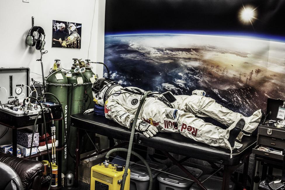 Felix Baumgartner túlnyomásos űrruhája egy nyomáspróba után Kaliforniában, 2012 február 23-án