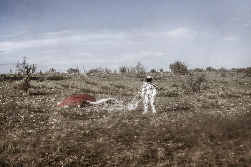 Egy hekilopter propellerje kavarja fel a levegőt Felix Baumgartner körül a második ember irányította tesztrepülés után Új-Mexikóban, 2012 július 25-én