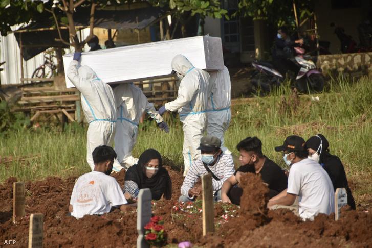 A koronavírus áldozatait gyászolják Bekasi városában, 2021 július 2-án.