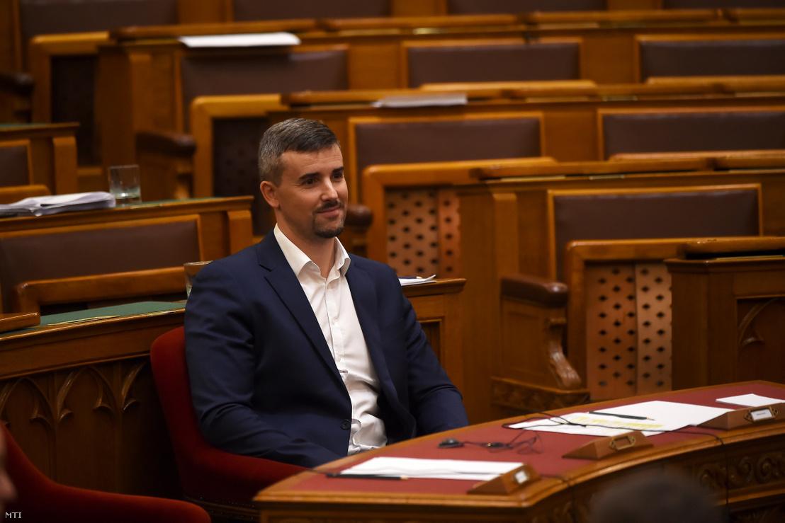 Jakab Péter, a Jobbik frakcióvezetője ül Orbán Viktor miniszterelnök székében az Országgyűlés működését és a képviselők jogállását érintő egyes törvények módosításáról szóló törvényjavaslat vitájában, az Országgyűlés plenáris ülésén 2019. november 20-án