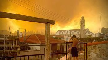Pusztító tűz fenyegeti a nagyvárost, menekítik az embereket