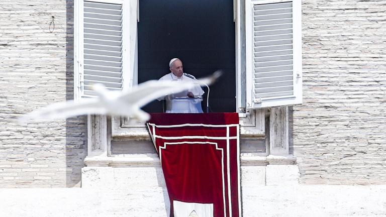 Műteni kell Ferenc pápát, kérte, hogy imádkozzanak érte