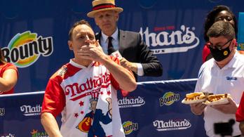 Megdőlt a világrekord: 76 hot dogot falt fel egy férfi