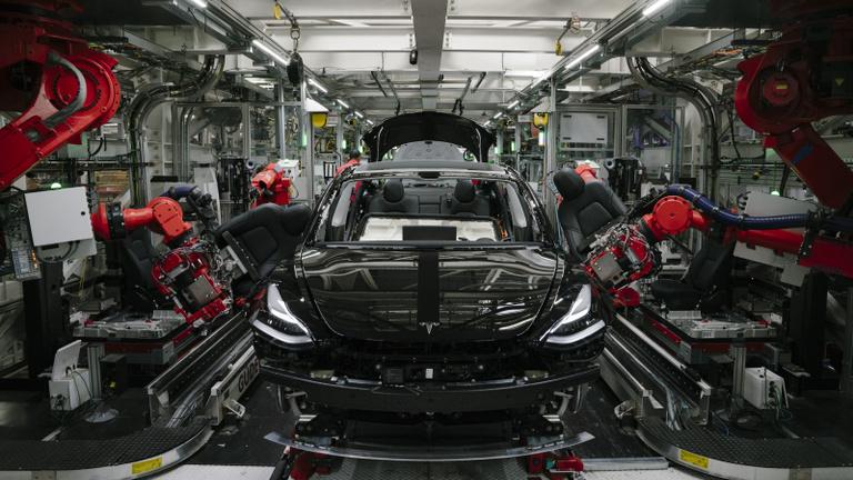 Elárasztotta a világot kocsikkal a Tesla