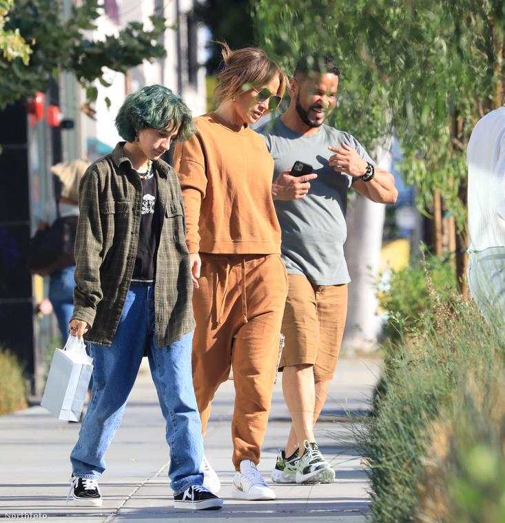 pár héttel ezelőtt pedig mintha zöld frizurával ment volna bútort venni édesanyjával, illetve annak menedzserével, Benny Medinával.