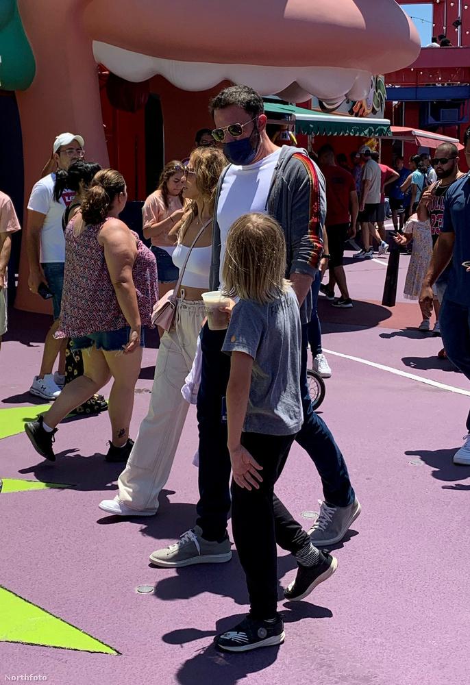 Jennifer Lopez és Ben Affleck az elmúlt hétvégére közös programokat tervezett, így például kettejük öt gyerekéből hármat (Emme és Max, akik az énekesnő ikrei, illetve a színész Samuel nevű fiát) július 2-án elvittek a Universal Studios-ba csavarogni.