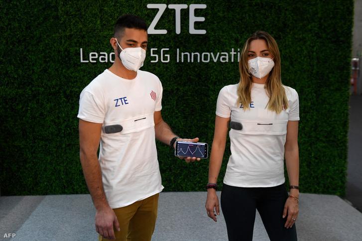 5G-s okospóló a ZTE standjánál, a Mobil Világkongresszuson (MWC) 2021. június 28-án
