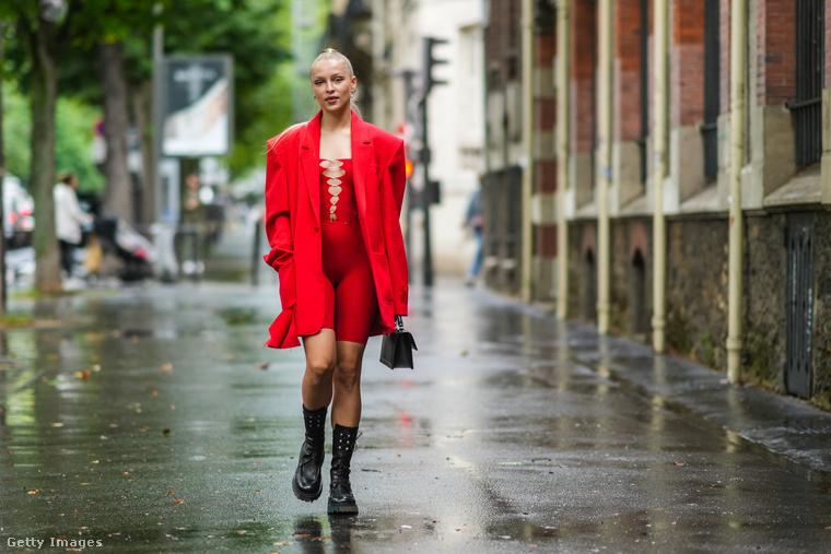 Regina Anikiy influenszer-modellnek a lyukas kezeslábasán kívül minden a márkától van, arról meg már egy ideje tudjuk, hogy bizonyos körökben trendi.