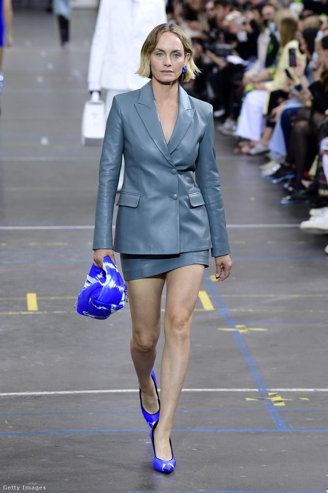 További híres arc még a bemutatón Amber Valletta, aki megúszta ugyan egy bőrkosztümmel,
