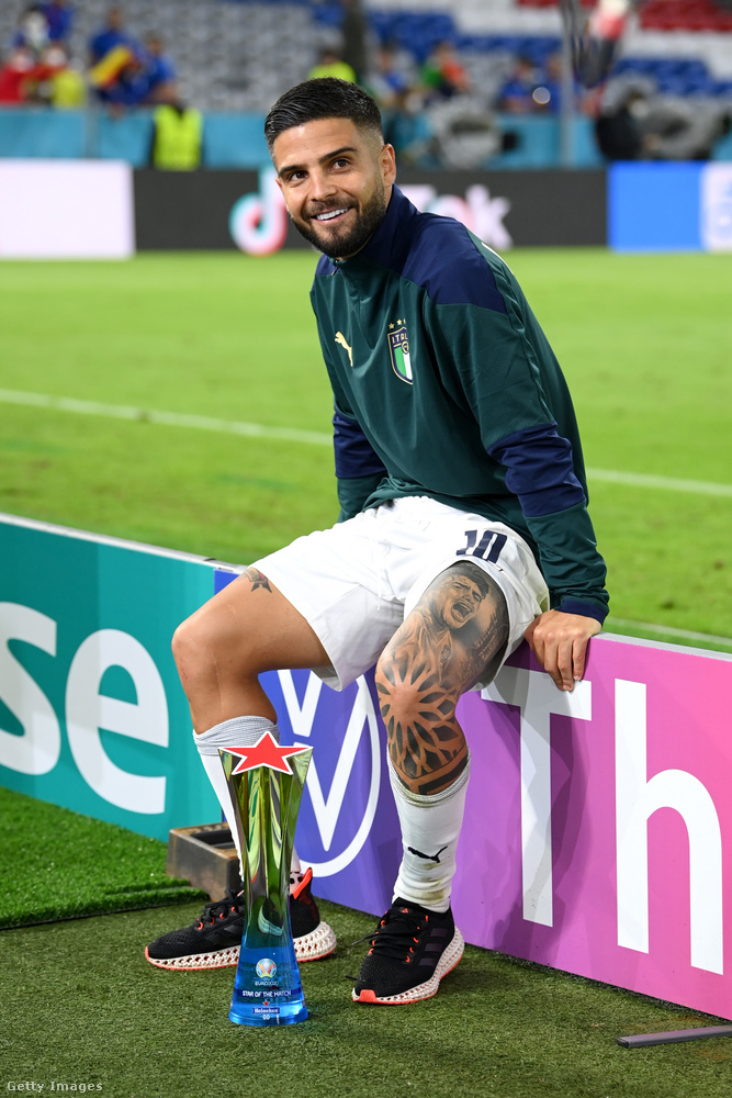 A nápolyi születésű, 30 éves Lorenzo Insigne üldögél itt mosolygósan, ő egy futballistacsaládból származik, fiútestvérei szintén mind labdarúgók