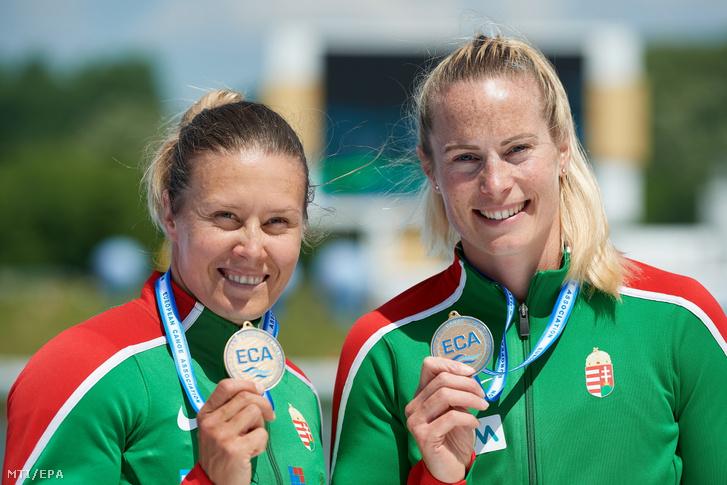 Az aranyérmes Kozák Danuta és Bodonyi Dóra (b-j) a poznani kajak-kenu Európa-bajnokság nõi kajak kettes 500 méteres futamának eredményhirdetésén