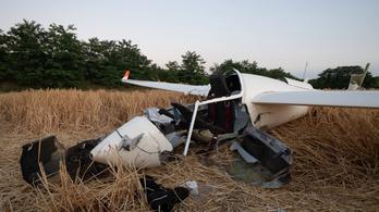 A mezőn dolgozó kombájnra zuhant a vitorlázórepülő