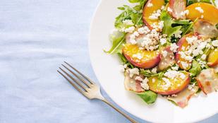 Bacon-nektarin-spenót saláta – ez a tökéletes, gyors vacsora, ha imádod a különleges ízkombinációkat