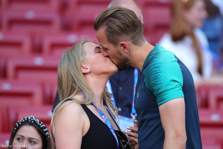 Ez a csókfotó szintén 2019-es, de májusi, ami azt jelenti, hogy nagyjából egy hónappal Kane-ék esküvője előtt készült.