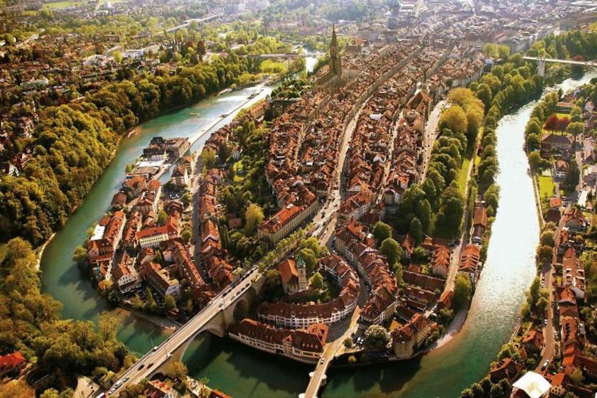 Igazi kis ékszerdoboz a magasból nézve Svájc fővárosa, Bern.