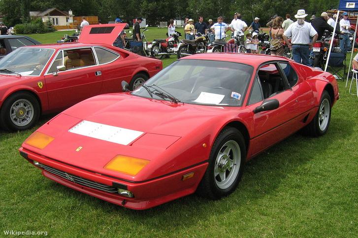 Lapos a hátulja a Ferrari Berlinetta Boxernek is. Segített ebben, hogy 12 hengeres motorja 180 fokos V elrendezésű. Ami szokatlan, hogy a váltó a hosszában beépített motor alatt fekszik