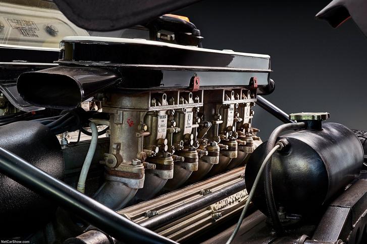 Látványos a keresztben égnek meredező Weber karburátorsor a Miura V12-ese felett