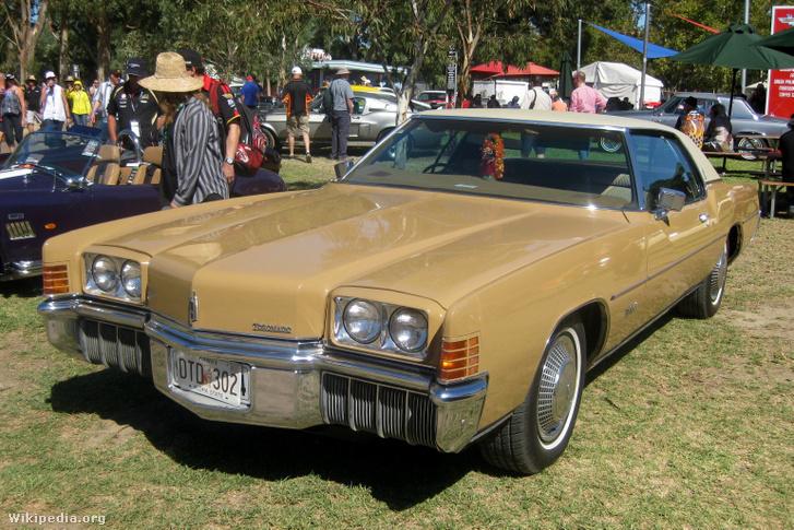 V8-as hosszmotor elsőkerék-hajtással? A General Motors mérnökei megoldották. Az Oldsmobile Toronado sebességváltója és difije a V8-as alatt-mellett kapott helyet