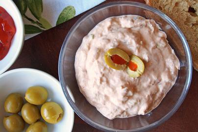 Krémsajttal és tejföllel dúsított tonhalkrém: chiliszósztól különleges