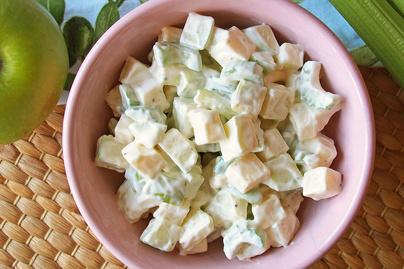 Friss, könnyű saláta ropogós zöld almával, szárzellerrel és sajttal: krémes dresszing fogja közre