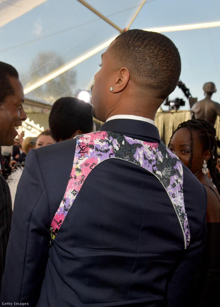 Ezt a valamit mindenesetre a Louis Vuittonnál lehet beszerezni, így néz ki hátulról, és az ára 855 és 2010 font, azaz 350 ezer és 830 ezer forint között mozog kiviteltől függően