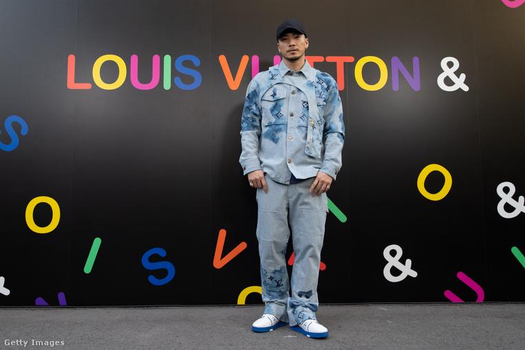 Ez a kép viszont már idén márciusban készült, és itt Sway, a rapper bizonyítja, hogy a Louis Vuitton ezen kiegészítője továbbra sem ment ki a divatból.